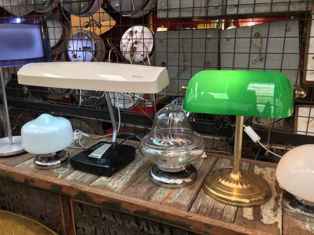 vintage lampen zu verkaufen - maschendrahtzaun preis stock-fotos und bilder