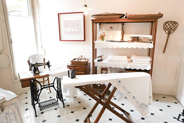 vintage-wäscherei - nähmaschinenschrank stock-fotos und bilder