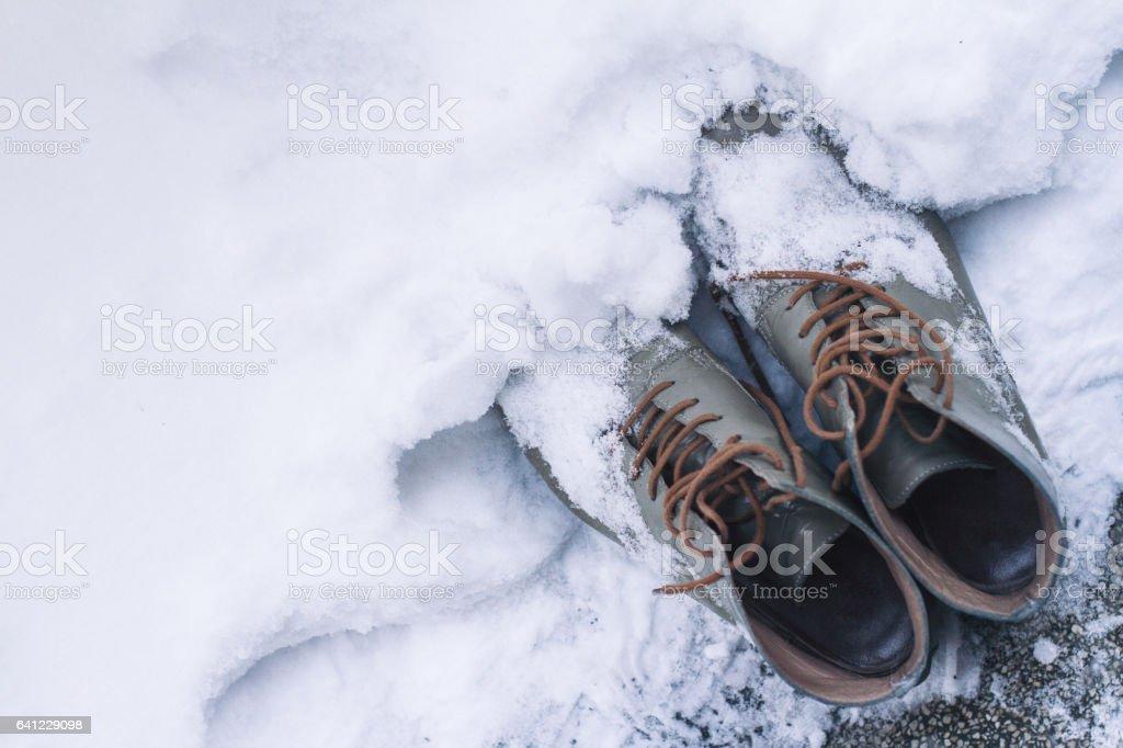 97adf2f72 sapatos de couro vintage, cobertos de neve foto de stock royalty-free