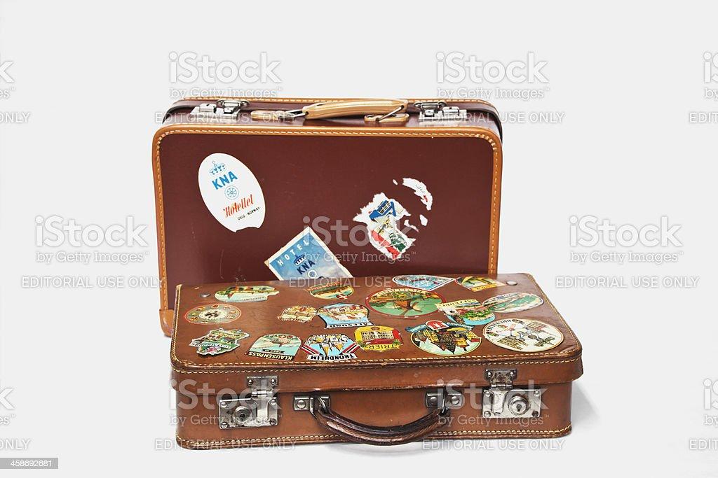 Vintage malas de couro com rótulos em pé no chão. - foto de acervo