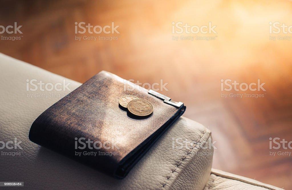 Vintage-Leder Brieftasche auf weißem Lederstuhl, Symbol für Geld und Finanzen - Lizenzfrei Alt Stock-Foto