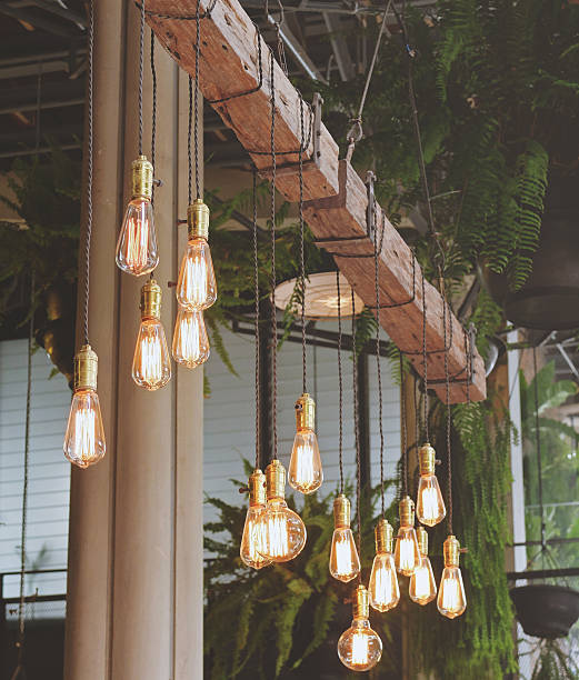 vintage oświetlenie wnętrza w kawiarni z retro filtr koloryt - żyrandol sprzęt oświetleniowy zdjęcia i obrazy z banku zdjęć