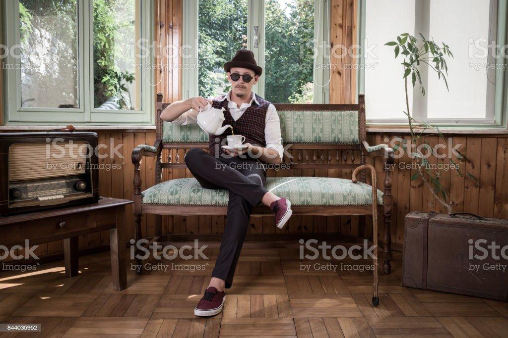 Vintage Hombre beber té - foto de stock