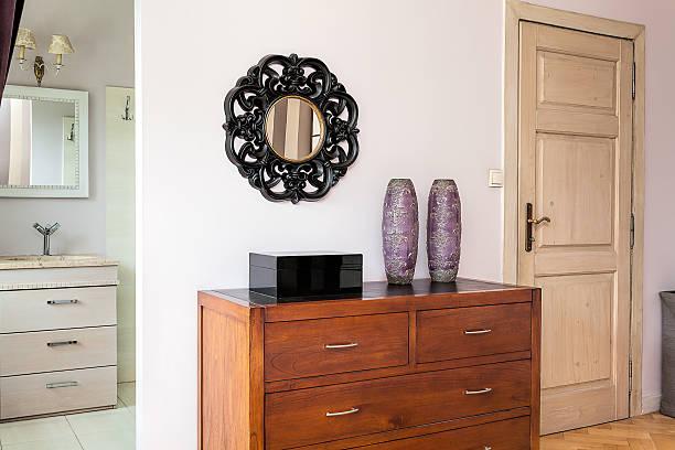 vintage mansion-kommode mit schubladen - dielenkommoden stock-fotos und bilder