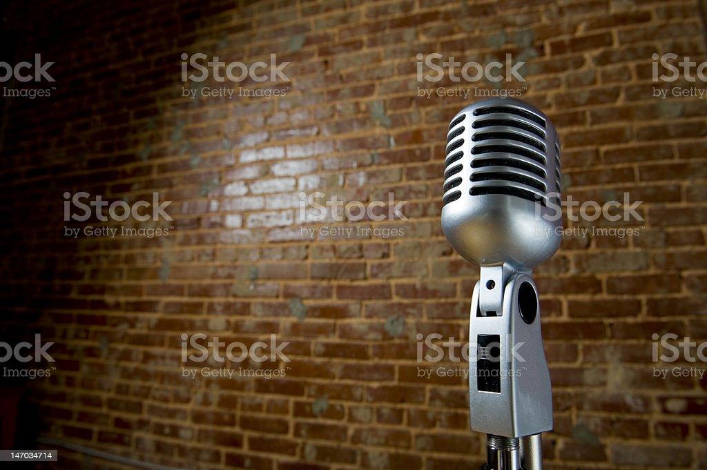 Vintage Microhone e parede de tijolos - foto de acervo
