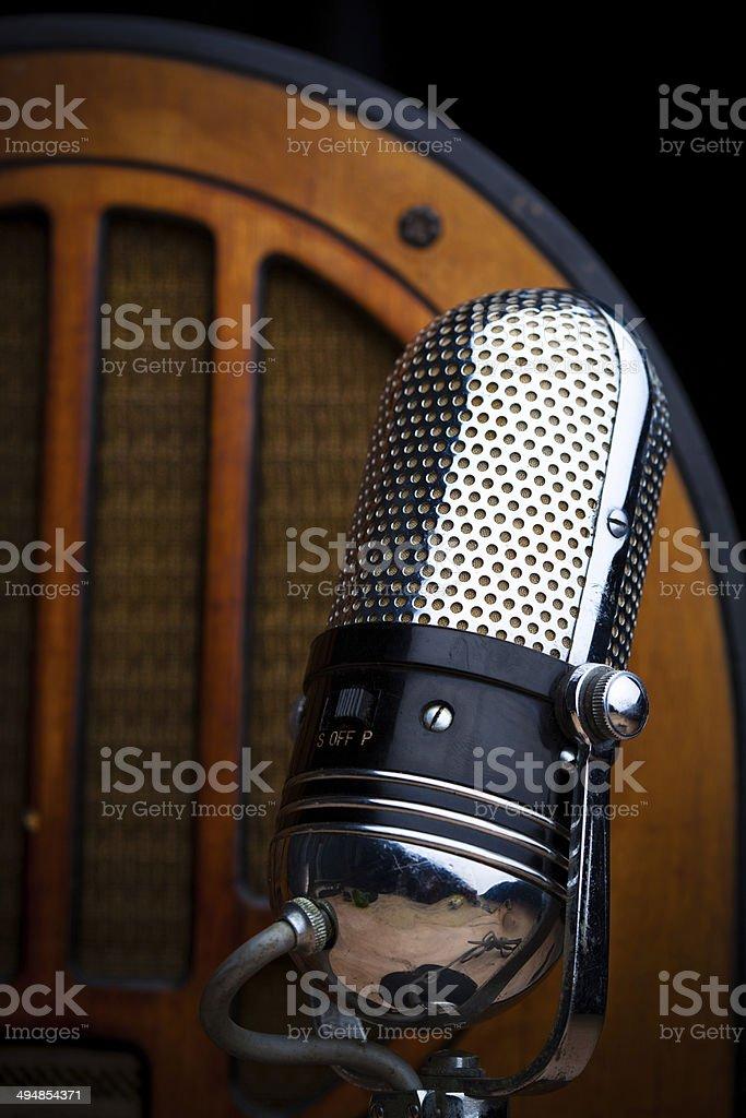 Microfone e Vintage com rádio antigo - foto de acervo