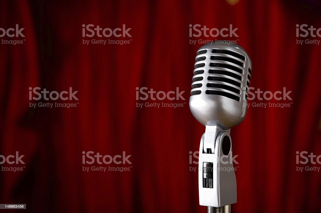 Vintage microfone sobre vermelho - foto de acervo