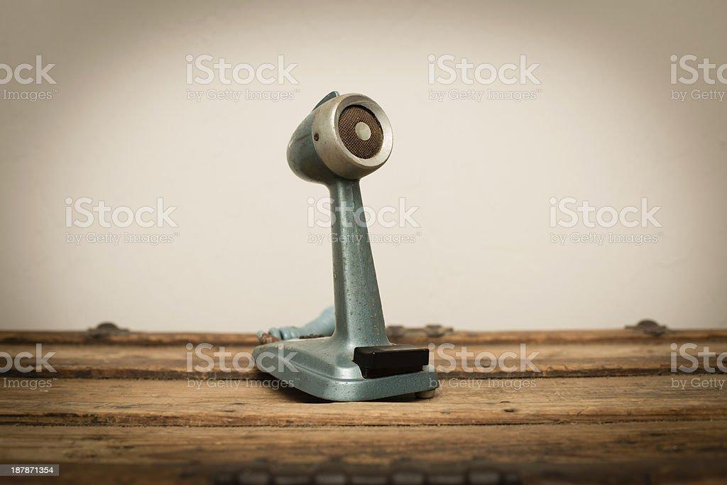 Vintage microfone, sentado em uma superfície de madeira - foto de acervo