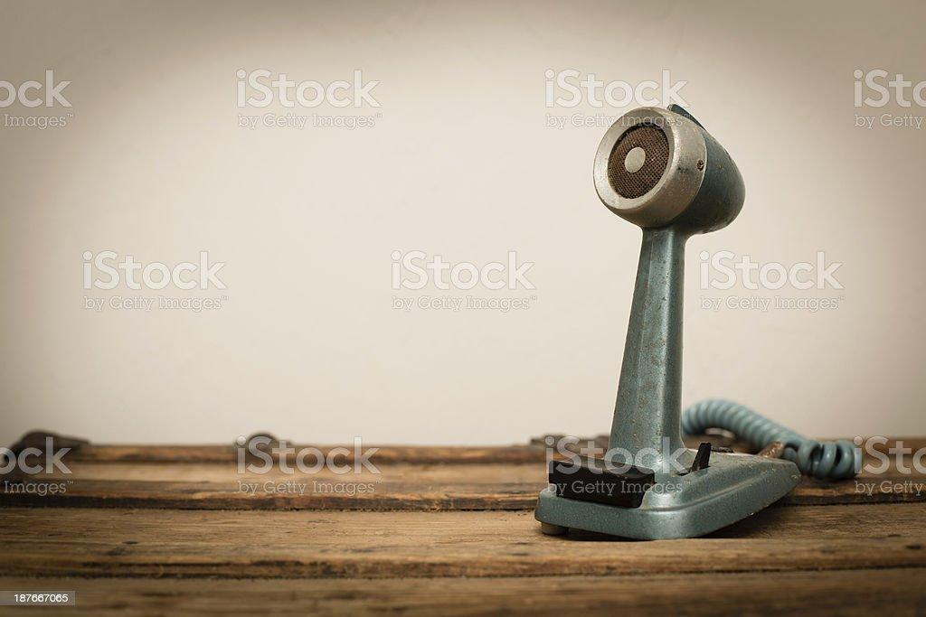 Vintage microfone, sentado em uma superfície de madeira, com espaço para texto - foto de acervo