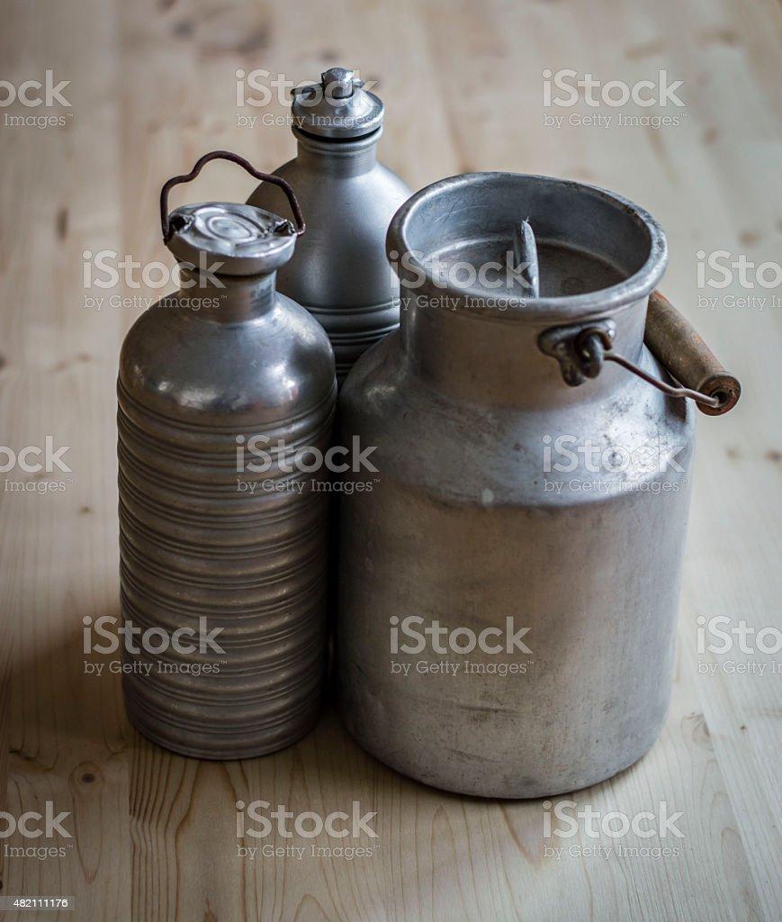 Vintage Leche Y Agua Bidones En Mesa De Madera Foto De Stock