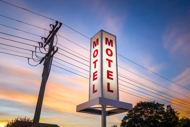 vintage motel znak o zachodzie słońca - motel zdjęcia i obrazy z banku zdjęć