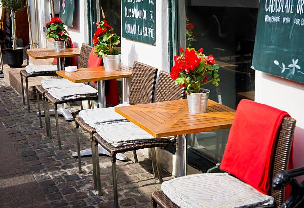 vintage old fashioned café sessel mit tisch in kopenhagen, denm - hotels in kopenhagen stock-fotos und bilder