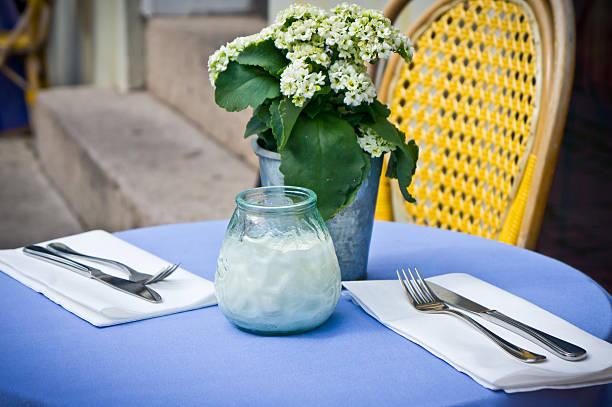vintage alten klassischen café mit tisch stühlen - hotels in kopenhagen stock-fotos und bilder