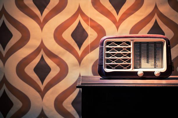 vintage alten radio auf dem tisch - radio kultur stock-fotos und bilder