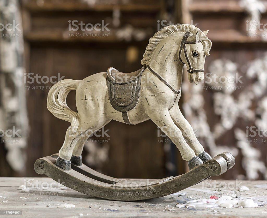 Cavallo A Dondolo Legno Natalizio.Vintage Vecchio Cavallo A Dondolo Su Sfondo In Legno