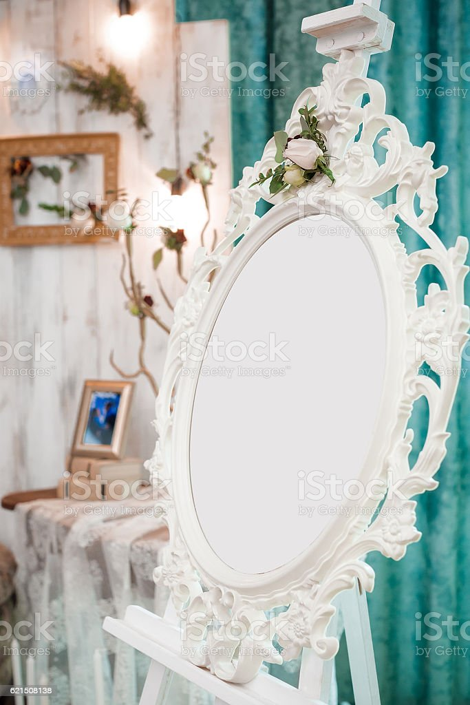 vintage oval frame on the easel. foto stock royalty-free