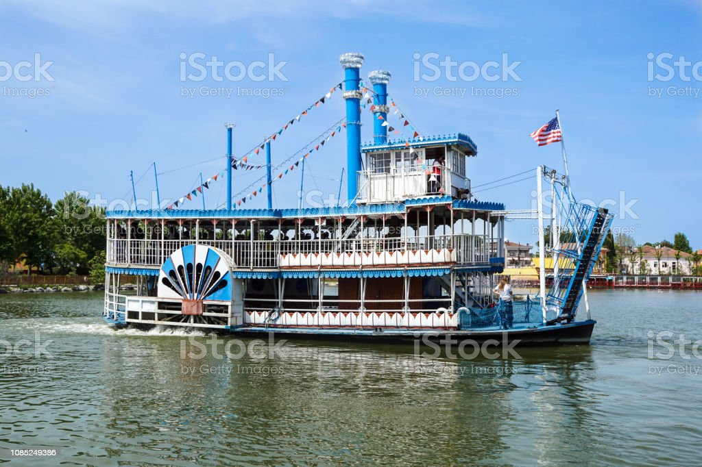 Vintage paddlwheel steamboat painted in old-fashioned American in the river - foto stock