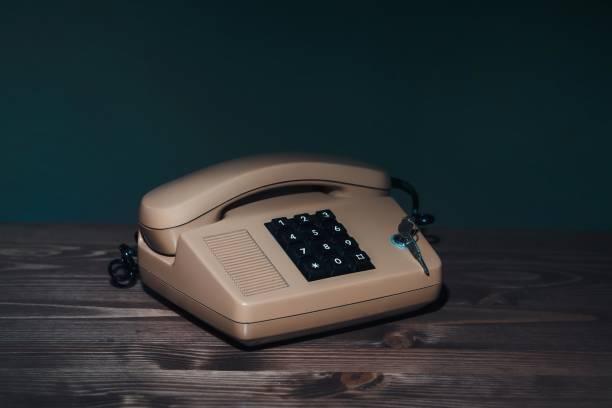 vintage beschäftigt hörer telefonhörer auf grauem hintergrund. retro-stil beige telefon call center kommunikationskonzept. flache tiefenschärfe. - nostalgie telefon stock-fotos und bilder