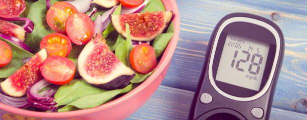 Vintage Foto, Obst und Gemüse Salat und Glucose Meter, Konzept von Diabetes und gesunde Ernährung – Foto