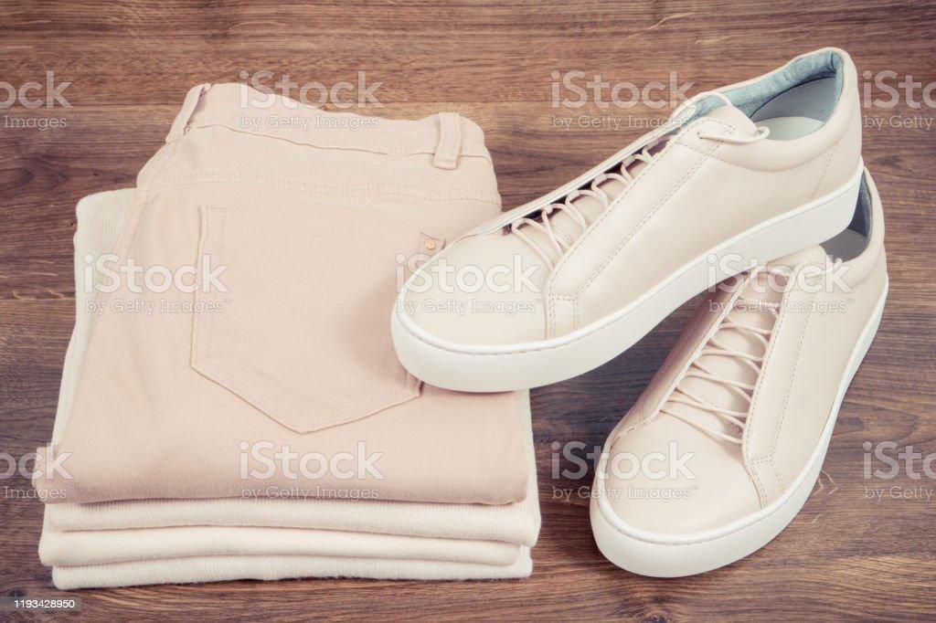 Foto Vintage Zapatos De Cuero Pantalones Y Ropa Para Mujer En Tablero Rustico Foto De Stock Y Mas Banco De Imagenes De A La Moda Istock