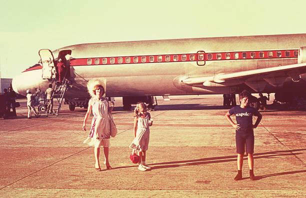 vintage photo of a family boarding an airplane - viagens anos 70 imagens e fotografias de stock