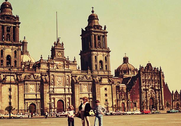 vintage photo of a family travel to mexico city - viagens anos 70 imagens e fotografias de stock