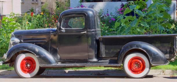 vintage pickup - alte wagen stock-fotos und bilder