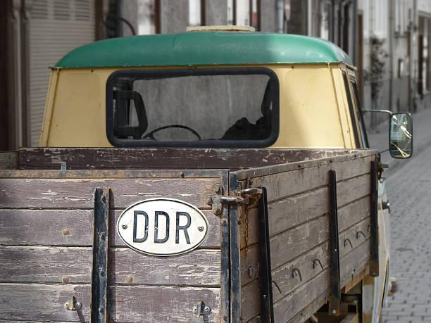 vintage-pick-up truck mit ostdeutschen ddr country-symbol - pickup trucks stock-fotos und bilder
