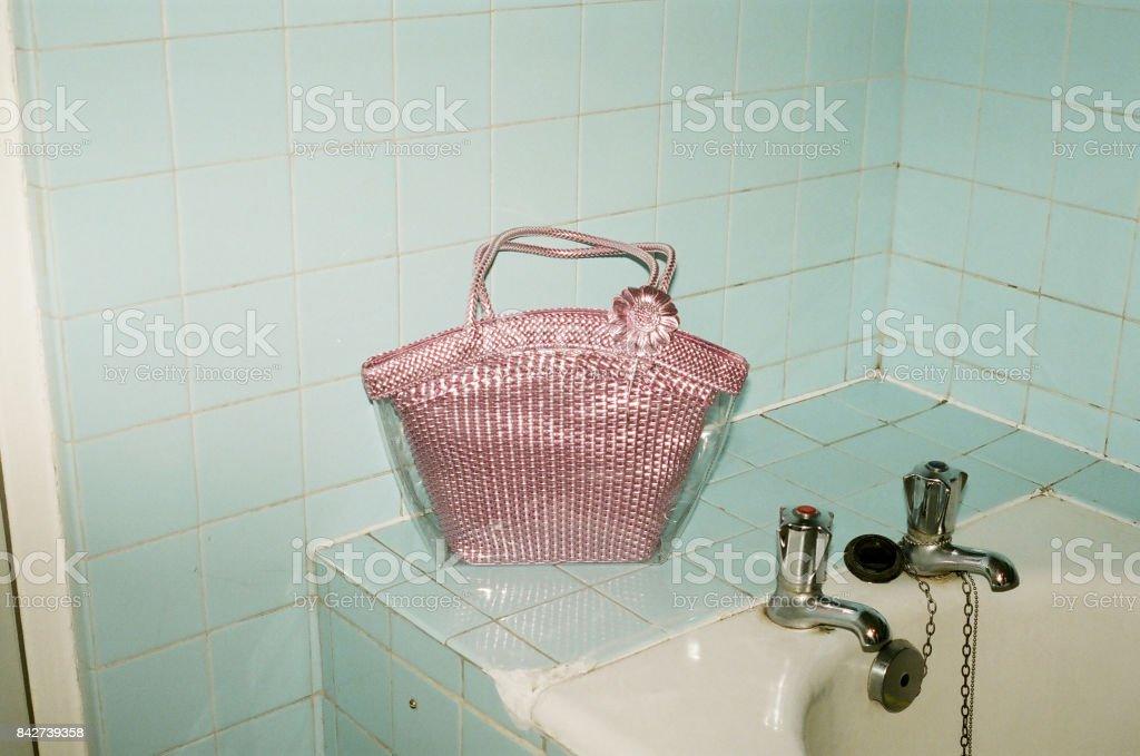 Vintage Rosa Handtasche Im Alten Badezimmer Stockfoto und ...