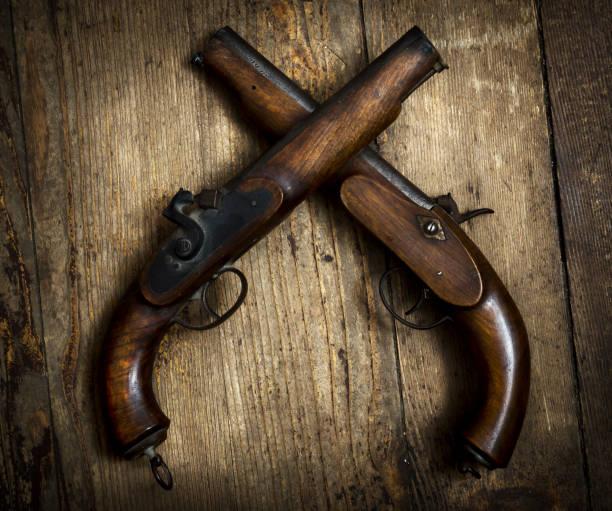 pistolas vintage - duelo fotografías e imágenes de stock