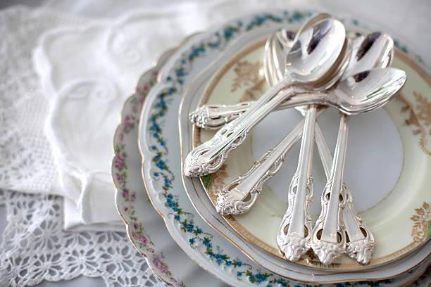 pratos vintage com colheres de chá de prata - porcelana - fotografias e filmes do acervo