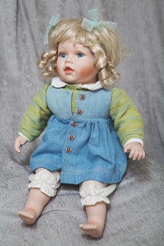 Vintage Marioneta De Porcelana Rubia Sobre Fondo De Tela Gris Foto de stock y más banco de imágenes de Alegría
