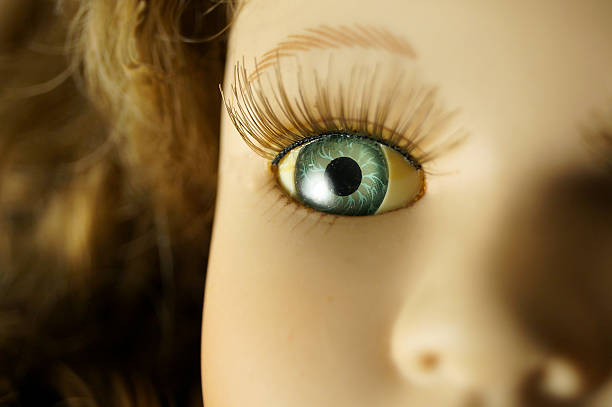 vintage marioneta de porcelana, primer plano de los ojos - muñeca bisque fotografías e imágenes de stock