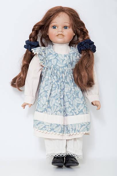 marioneta de porcelana vintage chica con largo cabello castaño mallas - muñeca bisque fotografías e imágenes de stock