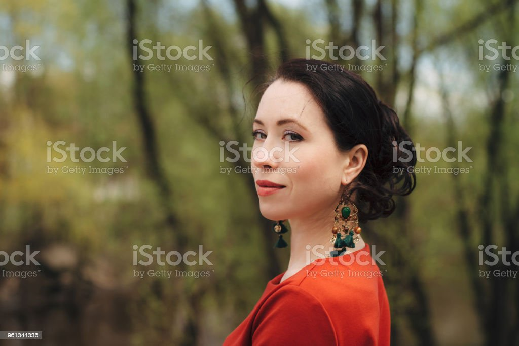 Sonar con novia vestida de rojo y negro