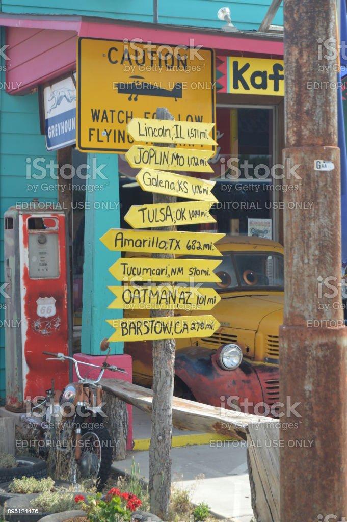 Post vintage con distancias a distintas ciudades de Seligman, 22 de junio de 2017. Ruta 66, Seligman. Estados Unidos de Arizona, EEUU. - foto de stock