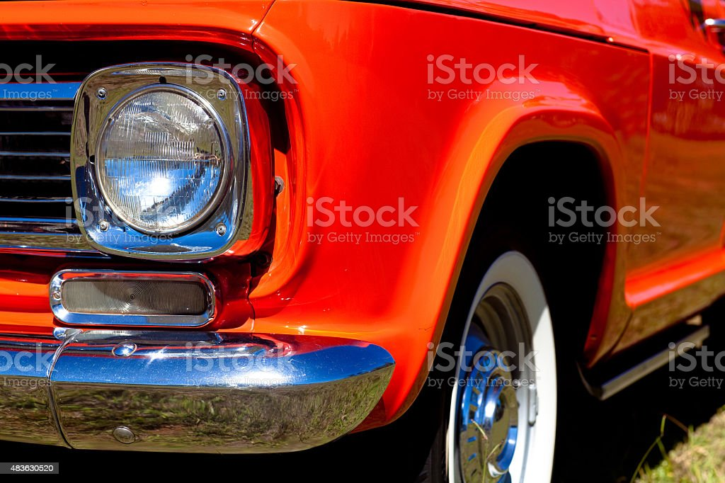 Vintage Red Caminhonete vista frontal Chromed farol para-choque de rodas foto royalty-free