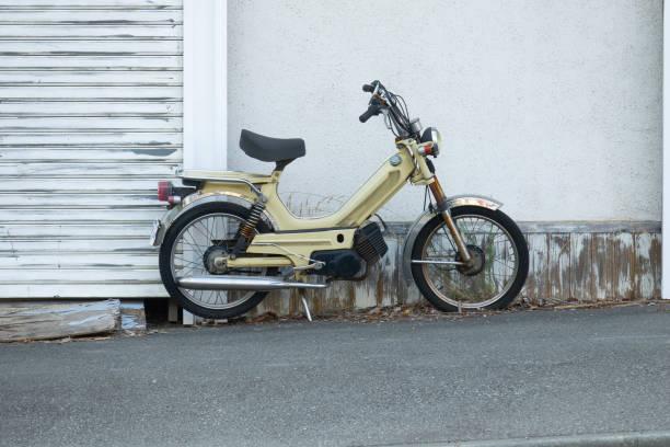 vintage rétro vélo avec le mur à la mode et les volets - moped photos et images de collection
