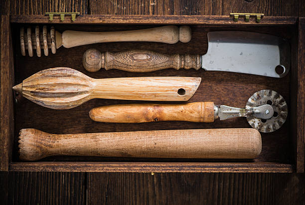 vintage retro kinchenware in wooden box - kücheneinrichtung nostalgisch stock-fotos und bilder