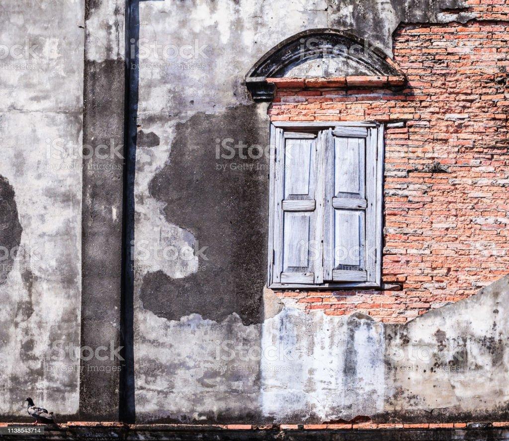 ヴィンテージレトロ古い窓と茶色の質感粘土レンガブロック壁建築構造の