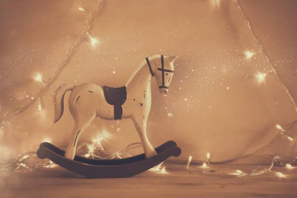 vintage schaukelpferd auf holzboden. - pferde schlafzimmer stock-fotos und bilder