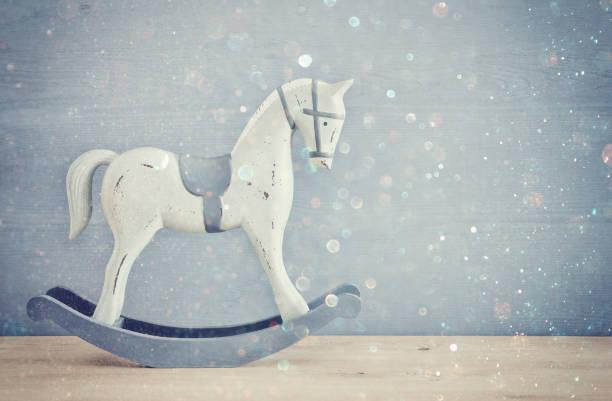 jahrgang schaukelpferd auf holzboden - pferde schlafzimmer stock-fotos und bilder