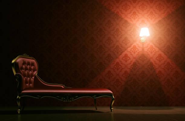 vintage psycho couch raumkonzept mit exemplar - damast wand stock-fotos und bilder
