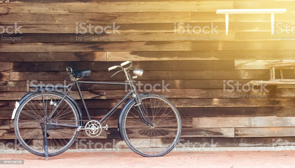 Vintage rusted racing bicycle parked in an old factory with wooden background photo libre de droits