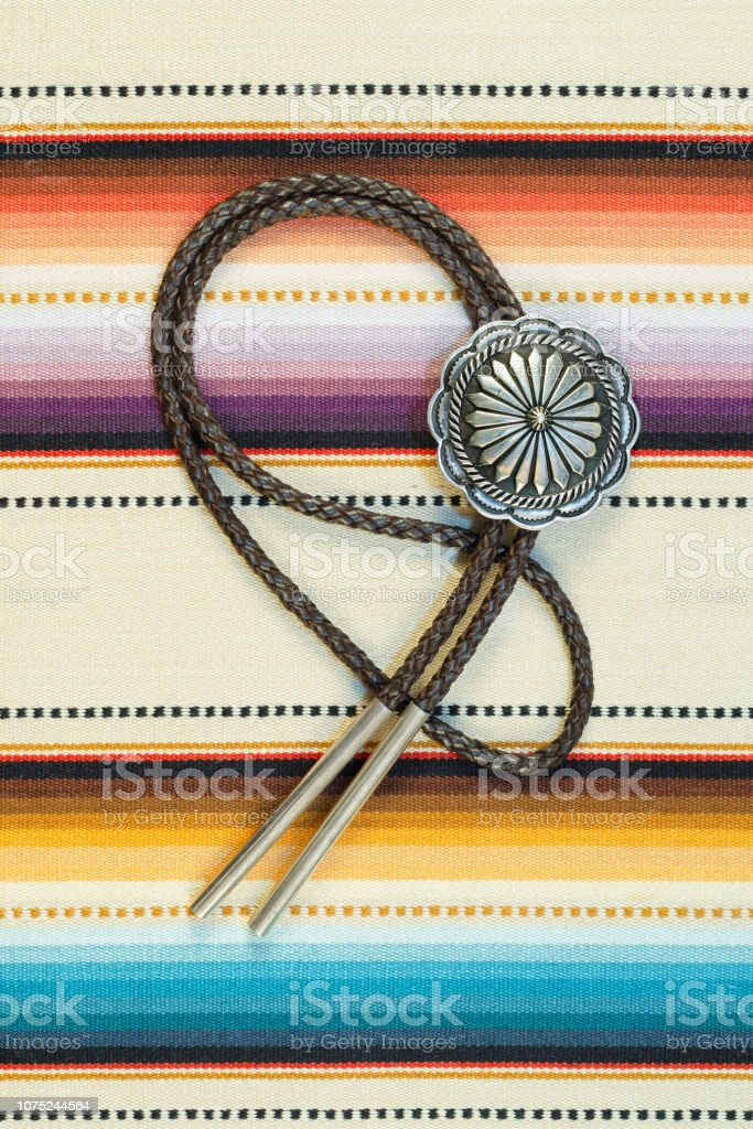 Renkli arka plan üzerinde Vintage gümüş Bolo kravat. stok fotoğrafı