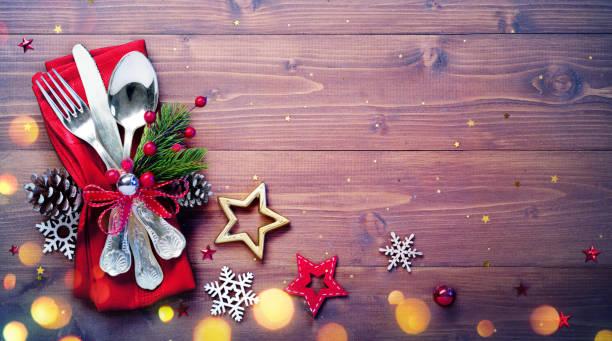 argenteria vintage con tavolo vuoto e decorazione natalizia - pranzo di natale foto e immagini stock