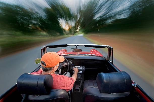 vintage sport auto mit senior fahrer auf einer land-straße - 1m coupe stock-fotos und bilder