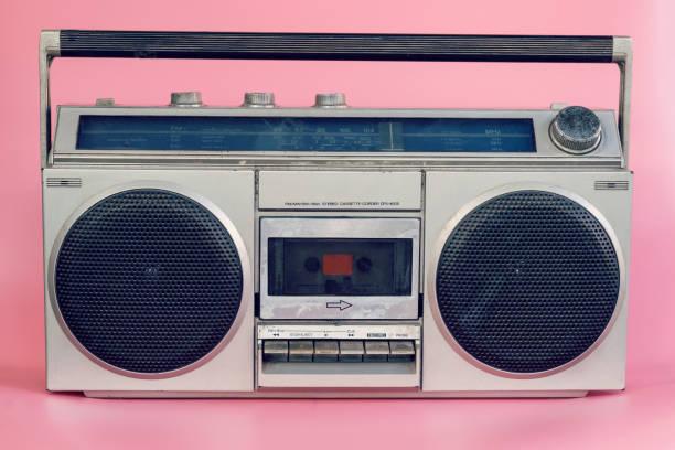vintage stereo på rosa pastellfärgad bakgrund - blue yellow band bildbanksfoton och bilder