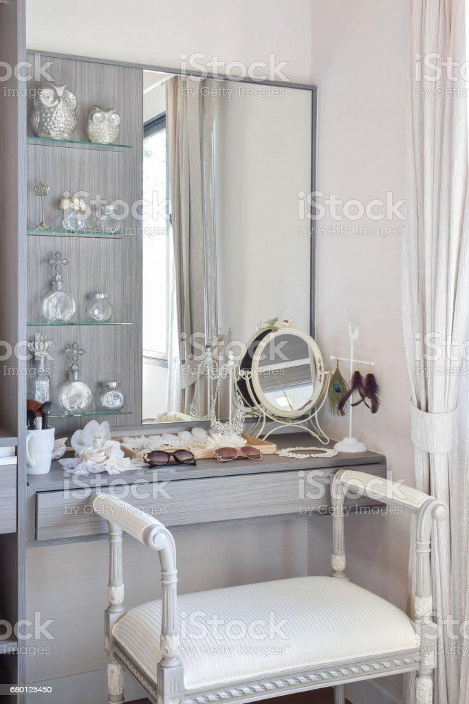 Garderobe Vintagestil Mit Klassischen Weissen Stuhl Und Schminktisch Stockfoto Und Mehr Bilder Von Accessoires Istock