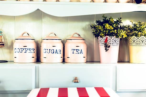 vintage-stil. krug und pot in der küche. - teeladen stock-fotos und bilder